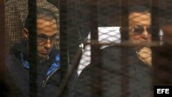 Mubarak escucha el fallo del tribunal este 29 de noviembre.