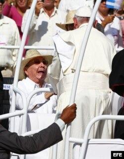 El papa Francisco saluda a Raúl Castro el 21 de septiembre de 2015, durante una misa en la Plaza de la Revolución Calixto García, en Holguín (Cuba).