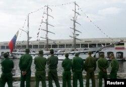 """Soldados cubanos observan el barco de la armada venezolana """"Simón Bolívar"""" el 5 de julio de 2010."""