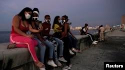 Cubanos en el Malecón habanero. REUTERS/Alexandre Meneghini