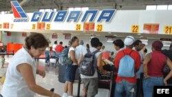 HAB05 - LA HABANA (CUBA), 11/07/05.- Varias personas esperan para viajar en el aeropuerto José Martí hoy, Lunes 11 de Julio. La actividad en el aeropuerto de La Habana comienza a normalizarse tras la suspensión de actividad provocada por el paso del hurac