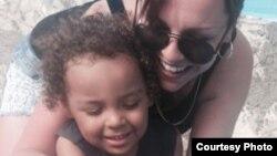 Justine Davis y su hijo de 3 años, Cameron, estaban de vacaciones en Cayo Largo, al sur de Cuba, donde ocurrió el accidente.