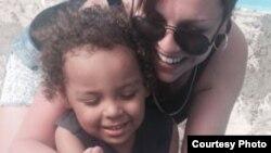 Justine Davis y su hijo de 3 años, Cameron, estaban de vacaciones en Cuba, donde ocurrió el accidente.