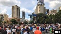 Venezolanos van al punto de reunión para iniciar la marcha, 16 de noviembre, 2019.