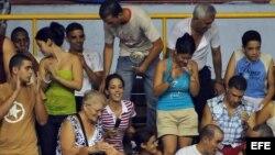 Aficionados en la Ciudad Deportiva, de La Habana, Cuba.