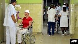 Una mujer es tratada en el hospital provincial de Guantánamo tras resultar herida en un accidente de tránsito. (Archivo)