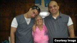 Maykel Delgado Aramburo (derecha), su madre, Estrella Aramburo y Harold Alcalá Aramburo (Foto: Archivo).