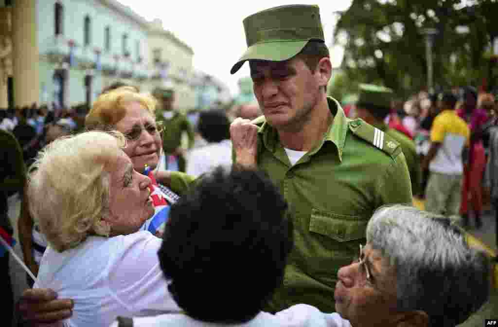 Un cadete de una academia del Ministerio del Interior lamenta la muerte del dictador Fidel Castro.