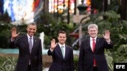 El presidente de Estados Unidos, Barack Obama; su homólogo de México, Enrique Peña Nieto y el primer ministro de Canadá, Stephen Harper, posan para una fotografía en Toluca (México), donde se desarrolla la Cumbre de América del Norte.
