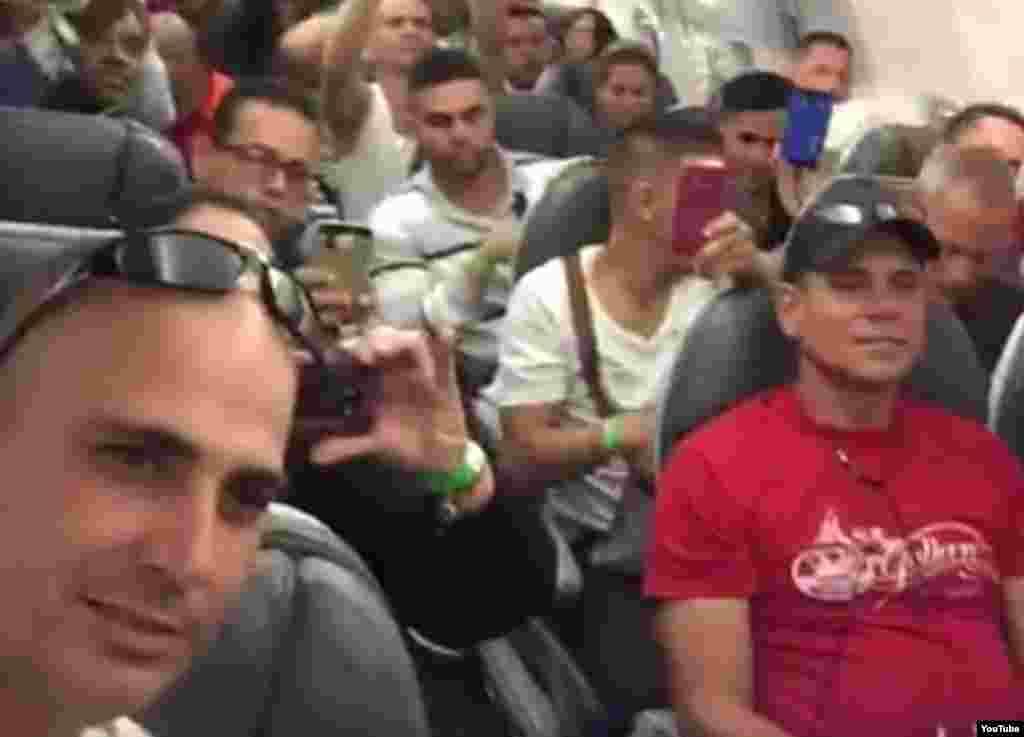Primer grupo de cubanos que partió ayer desde Costa Rica esperan la salida del avión que los llevaría a El Salvador.