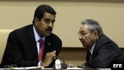 ARCHIVO. Raúl Castro conversa con su homólogo venezolano, Nicolás Maduro.
