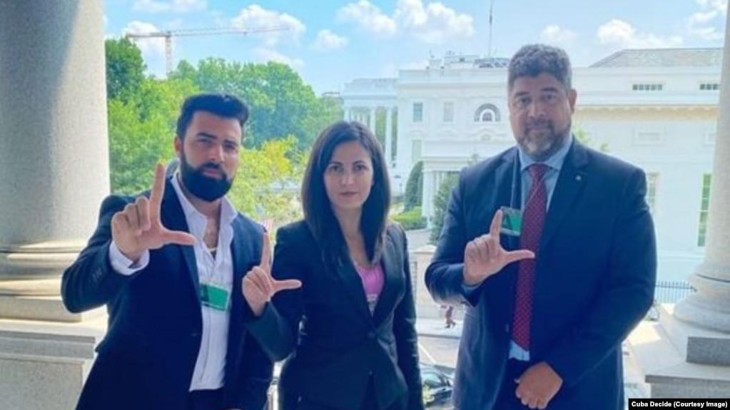 De izquierda a derecha, el músico Jen Carlos Canela, la coordinadora de Cuba Decide, Rosa María Payá, y el director de Center for a Free Cuba, John Suárez. Los tres se reunieron en la Casa Blanca el 27 de julio de 2021.