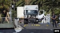 Varios policías inspeccionan hoy 15 de julio de 2016 el estado del camión con el que fue cometido ayer durante la Fiesta Nacional el atentado en Niza, Francia.