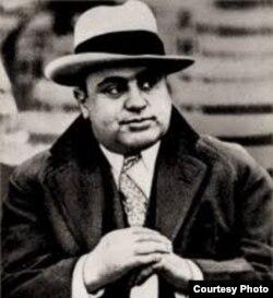 """Sólo Al Capone había sido designado Enemigo Público Número Uno de Chicago antes que """"El Chapo Guzmán""""."""
