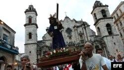 Archivo - Decenas de personas participan en la procesión del Víacrucis en La Habana (Cuba).