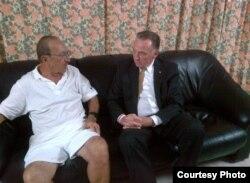 El empresario preso Cy Tokmakjian recibe en Cuba la visita del parlamentario canadiense Peter Kent.