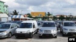 Autos nuevos y usados en un lote de La Habana.