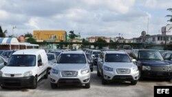 Vista de autos que permanecen parqueados en un depósito para la venta, en La Habana, Cuba, el jueves 19 de diciembre de 2013