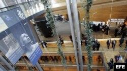 Un cartel con la foto del disidente cubano Guillermo Fariñas cuelga en el interior del Parlamento Europeo en su sede de Estrasburgo.