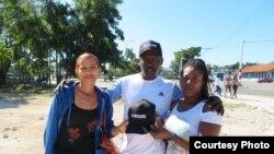 Activistas de organización Delibera en una calle de La Habana con la gorra que promociona el fime Plantados