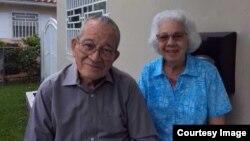 Orlando Castro García junto a su esposa, Georgina Cid, exprisionera política, en su casa de Miami.