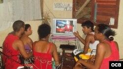 Jóvenes cubanos miran programa de TV Martí.