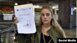 Lillian Tintori muestra el documento mediante el cual le prohibieron la salida de Vebnezuela para reunirse con líderes europeos
