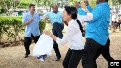 Leticia Ramos y Jorge Luis García (Antúnez) son atacados por funcionarios de la embajada de Cuba en Panamá.