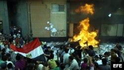 Detractores del presidente de Egipto, Mohamed Mursi, prenden fuego a la oficina de la hermandad musulmana en Alejandría, Egipto.