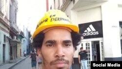 """Luis Manuel Otero Alcántara, durante un """"performance"""" para llamar la atención sobre los derrumbes en La Habana. (Foto tomada de Facebook)"""