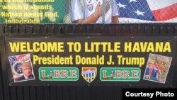 """""""Bienvenido a la Pequeña Habana"""", carteles para recibir al Presidente Donald Trump. Foto Alvaro Alba."""