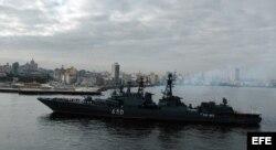 """El cazasubmarinos de la armada rusa """"Almirante Chabanenko"""", entra en la bahía de La Habana."""