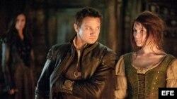 """Fotograma de la película """"Hansel & Gretel: Witch Hunters"""", donde aparecen los actores Jeremy Renner (i) y Gemma Arterton."""