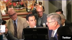 El alcalde de Miami Francis Suarez (centro) habla a la prensa sobre la resolución en contra del intercambio cultural con artistas provenientes de Cuba.