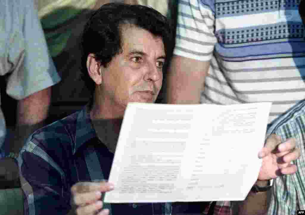 El disidente cubano Oswaldo Payá muestra partes del Proyecto Félix Varela que le entregara a las autoridades cubanas exigiendo un referendo, elecciones y pluripartidismo, entre otras demandas, el 14 de mayo de 2002.