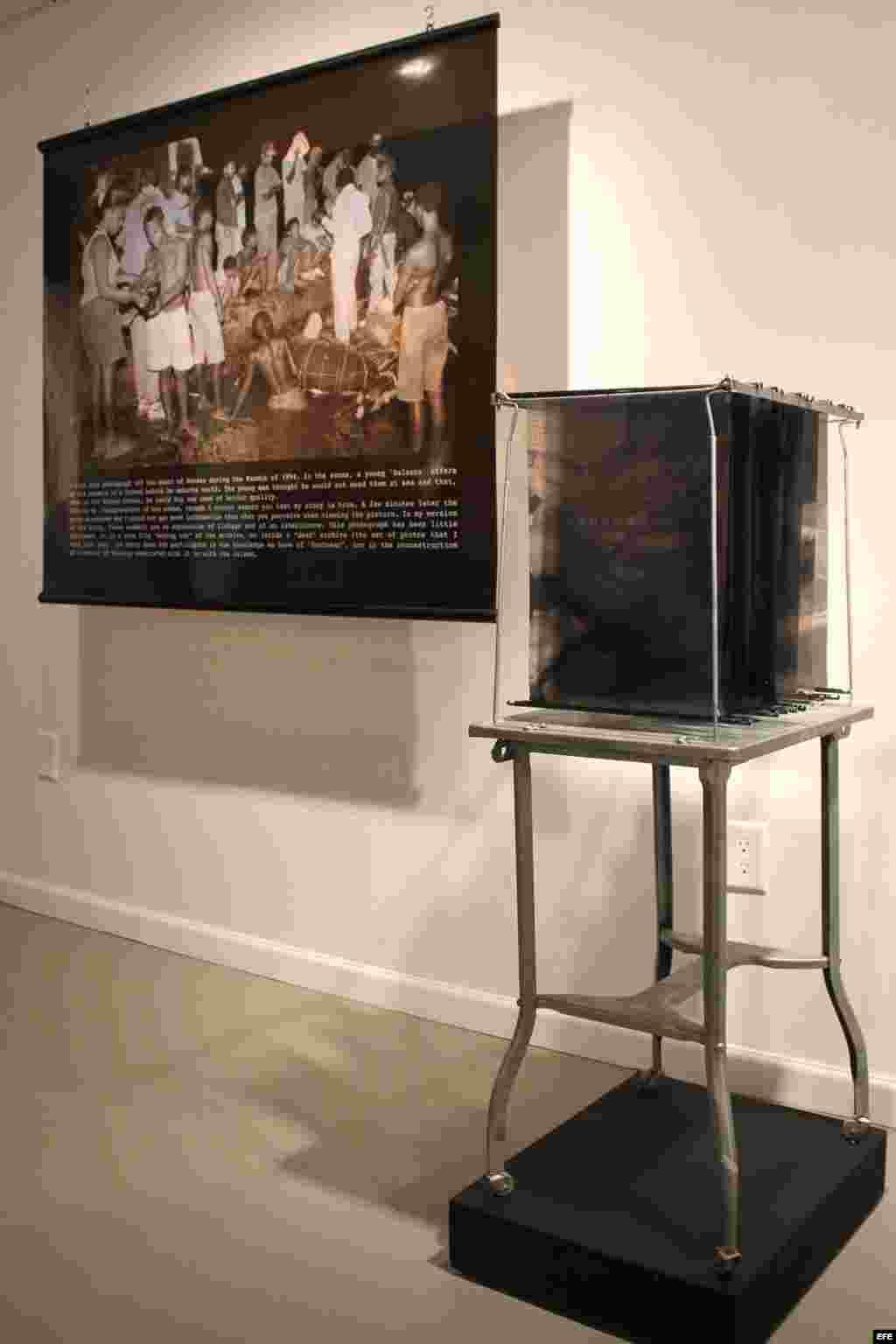 """""""Salida nocturna"""" en la exhibición """"Éxodo: Documentos Alternos"""", que se prepara en Miami (EE.UU.) sobre la historia de la crisis de los balseros 1994."""