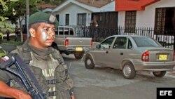 Fotografía de archivo de un policía colombiano en el momento que patrullaba las calles.