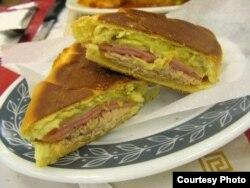 """La medianoche, versión """"light"""" del sandwich cubano."""