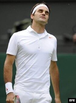 Federer reacciona durante un partido de la segunda ronda del torneo de tenis de Wimbledon que disputó contra el ucraniano Sergiy Stakhovsky.