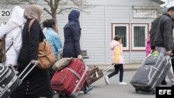Refugiados sirios llegan al centro de primera acogida de la localidad de Friedland, Alemania.