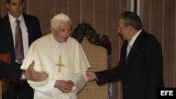 Raúl Castro (d), saluda al papa Benedicto XVI. EFE/Sven Creutzmann