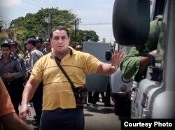Un represor acosa a disidentes cubanos según denuncia #TodosMarchamos.