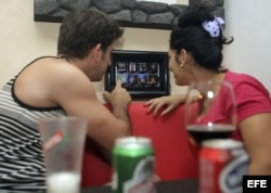 Una pareja de jóvenes cubanos hacen su pedido a través del wifi en un negocio privado, en La Habana.