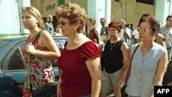 Claudia Márquez (izq) , Blanca Reyes (centro) y Miriam Leiva (der), al salir el 7 de abril de 2003 del Tribunal Provincial de La Habana tras conocer las sentencias dictadas contra sus respectivos esposos (Foto: Archivo/Adalberto Roque/AFP).