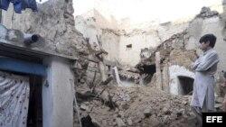 Un niño pakistaní contempla los daños ocasionados en su casa en Kohat.