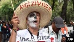 La activista mexicana Julia Klug durante una protesta en conmemoración de de las desaparición de los 43 estudiantes de Ayotzinapa.