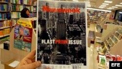 Un hmbre sostiene la última edición impresa del Newsweek en una librería en Taipei (Taiwan). La revista semanal de información Newsweek, una de las más importantes de EEUU, dejará de publicarse en papel tras casi 80 años de historia impresa.