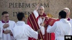 El Papa Francisco durante la misa del Domingo de Ramos, en la Plaza San Pedro del Vaticano.