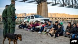 Un grupo de 30 migrantes brasileños detenidos tras cruzar la frontera a EEUU.