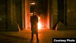 El artista ruso Piotr Pavlenski tras quemar la puerta del KGB en Moscú, Rusia.